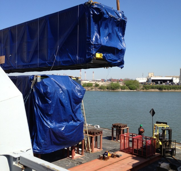 Q_Air Freight Forwarding_Offloading Ship to Barge (2)